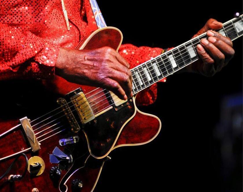 La leyenda viva del Rock 'N' Roll Chuck Berry durante su actuación en ela gala All Star de la Liga Mayor de Béisbol, en St. Louis, Missouri, Estados Unidos, el martes 14 de julio. EFE/Archivo