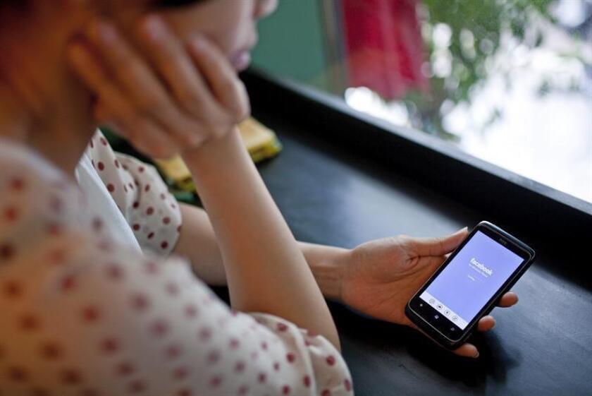"""Una conferencia sobre los riesgos graves del mal uso de las redes sociales reunió hoy en Phoenix a expertos en salud mental y a usuarios adolescentes, quienes consideraron que estas redes """"ejercen una fuerte presión para que formes parte de peligrosos retos"""". EFE/Archivo"""