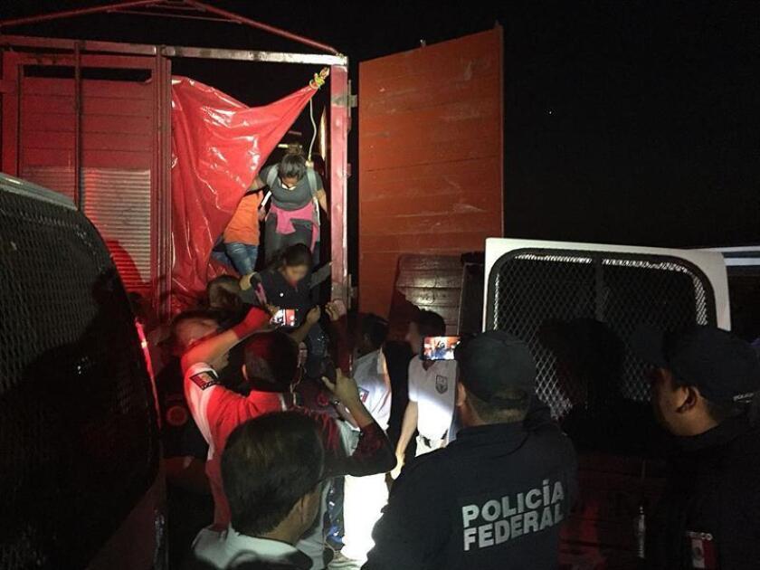 México intercepta dos vehículos con 191 migrantes en condiciones infrahumanas