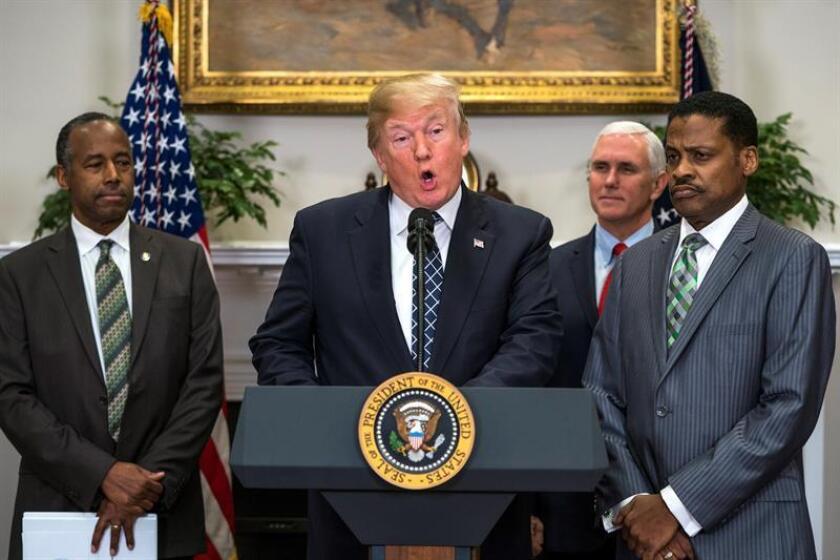 El presidente estadounidense, Donald J. Trump (c), pronuncia un discurso junto al presidente del Centro Martin Luther King Jr., Isaac Newton Farris Jr. (dcha), y al secretario de Vivienda y Desarrollo Urbano, Ben Carson, antes de firmar la proclamación del Día de Martin Luther King Jr., en la Casa Blanca de Washington, EE.UU., el 12 de enero del 2018. EFE