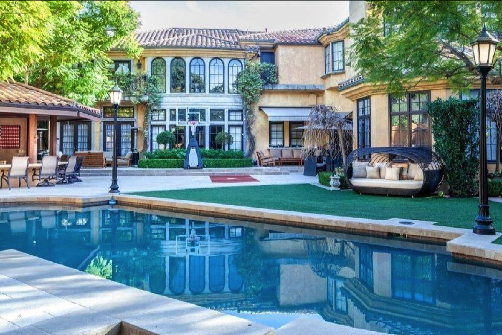 Charlie Sheen Puts His L A Area Home Up For Sale At 10 Million Los Angeles Times
