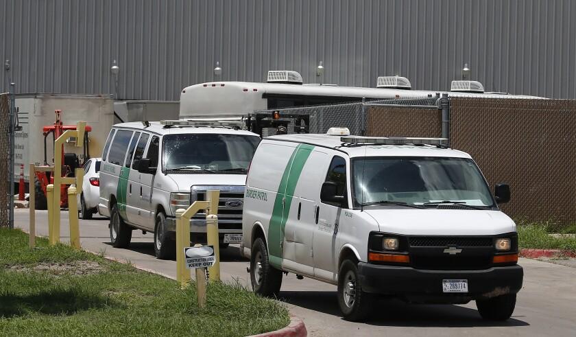 Las camionetas de la Patrulla Fronteriza salen del Centro de Procesamiento Central de la Patrulla Fronteriza