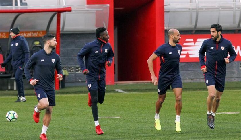 (De i-d) Los jugadores del Athletic Club Yeray Álvarez, Iñaki Williams, Mikel Rico y Raúl García durante un entrenamiento. EFE/Archivo