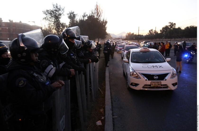 Alrededor de 100 taxistas que pretendían bloquear la Calzada Ignacio Zaragoza para manifestarse contra el alza del precio de la gasolina fueron contenidos por personal de la Secretaría de Seguridad Pública (SSP) capitalina.