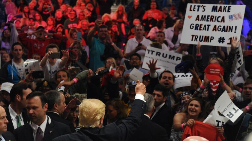 Una encuesta difundida el domingo por Telemundo, NBC News y el Wall Street Journal determinó que casi ocho de cada 10 hispanos inscritos para votar en noviembre consideran a las propuestas de Trump como alejadas de las del estadounidense promedio.