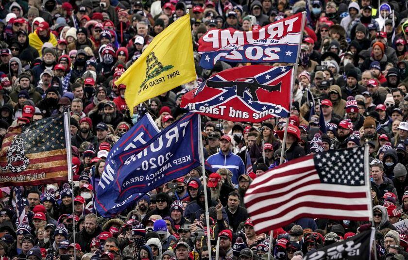 Parte de la multitud abrumadoramente blanca que tomó el Congreso el 6 de enero del 2021 en Washington.