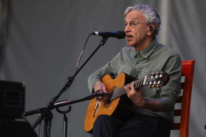 El cantante brasileño Caetano Veloso se presenta este sábado durante el festival Cantares Fiesta de Trova y Canción Urbana que se realiza en Ciudad Universitaria en Ciudad de México (México). EFE/Sáshenka Gutiérrez