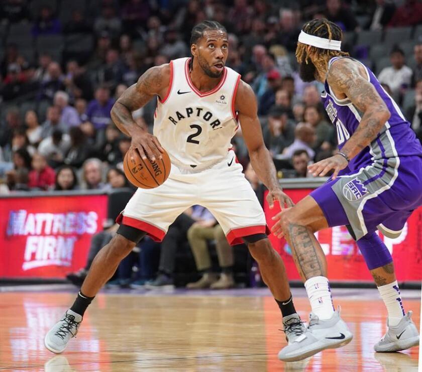 El pívot Willie Cauley-Stein (d) de Sacramento Kings en acción ante el alero Kawhi Leonard (i) de Toronto Raptors este miércoles 7 de septiembre de 2018, durante un juego de la NBA entre Sacramento Kings y Toronto Raptors, en el Golden 1 Center de Sacramento, California (EE. UU.). EFE