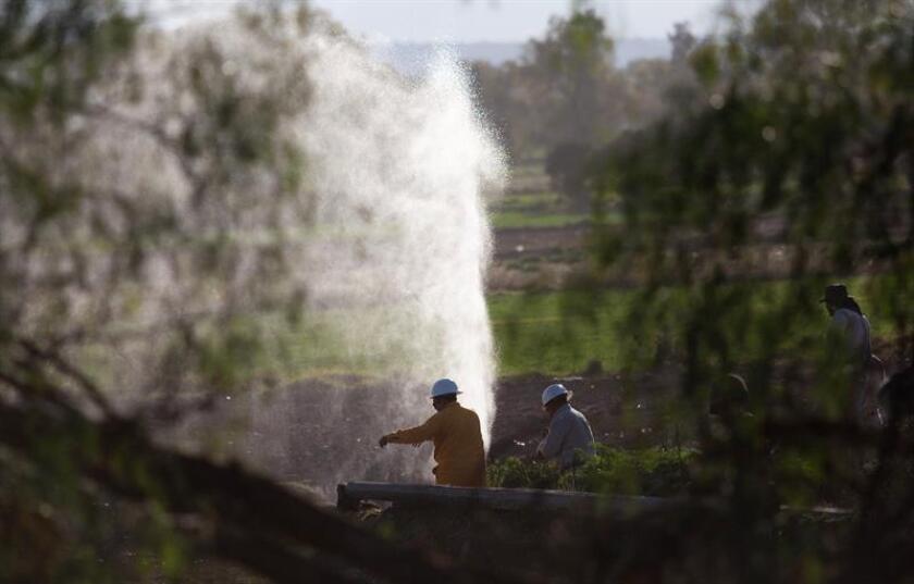 Técnicos de la paraestatal Petróleos Mexicanos (Pemex) trabajan en el sitio donde se halló otra toma clandestina en la zona de Teocalco municipio de Tlaxcoapan, en el estado de Hidalgo (México). EFE
