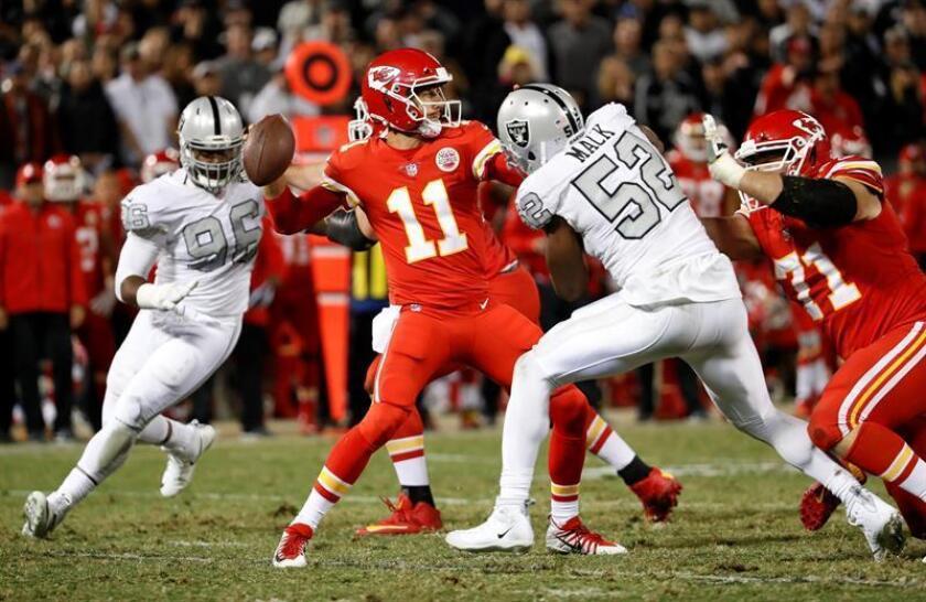 Alex Smith (C) de los Chiefs intenta pasar junto a Khalil Mack (d) de los Raiders. EFE/Archivo