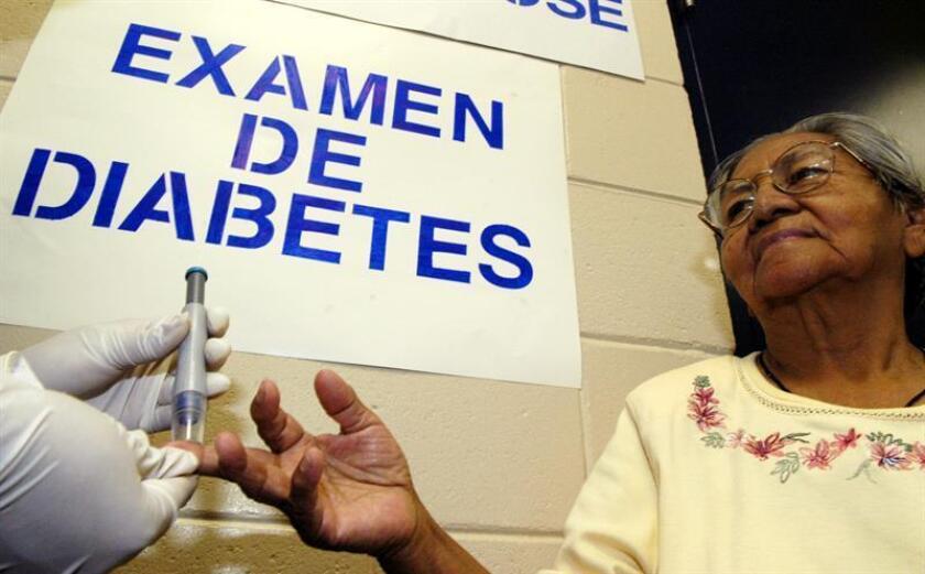 Vista de una mujer que se realiza un examen de diabetes. EFE/Archivo