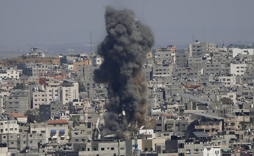 Una columna de humo luego de ataques aéreos por parte de Israel en Ciudad de Gaza