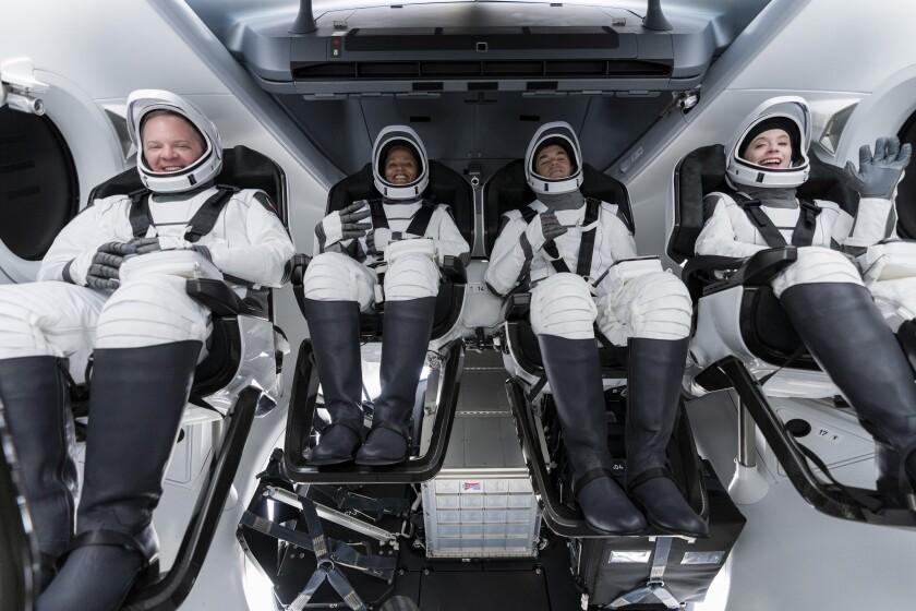 Cuatro turistas en el primer vuelo privado de SpaceX - Los Angeles Times
