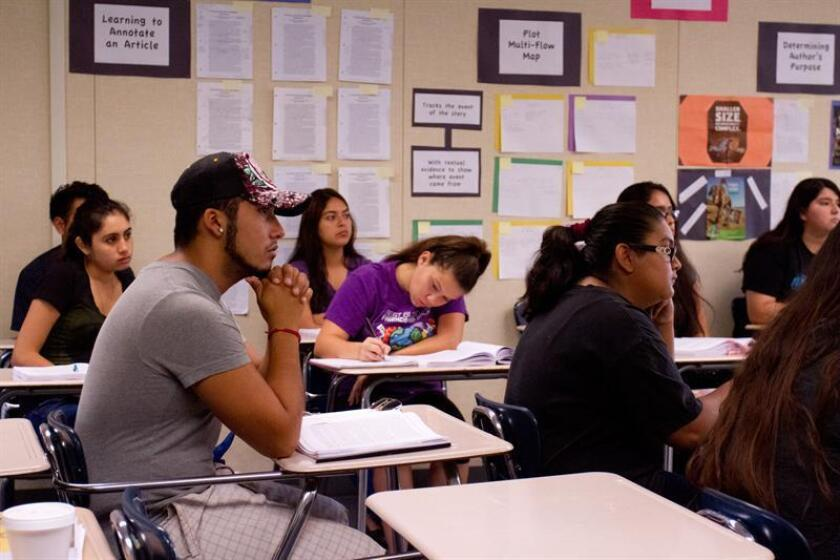 Fotografías de varios estudiantes mientras atienden una clase en Estados Unidos. EFE/Felipe Chacón/Archivo