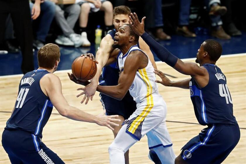 El jugador Kevin Durant (c) de Golden State Warriors intenta lanzar ante la marca de Maxi Kleber (c-i), Dirk Nowitzki (i) y Harrison Barnes (d) de Dallas Mavericks, durante un juego entre Golden State Warriors y Dallas Mavericks de la NBA, que se disputa en el American Airlines Center, en Dallas, Texas. EFE