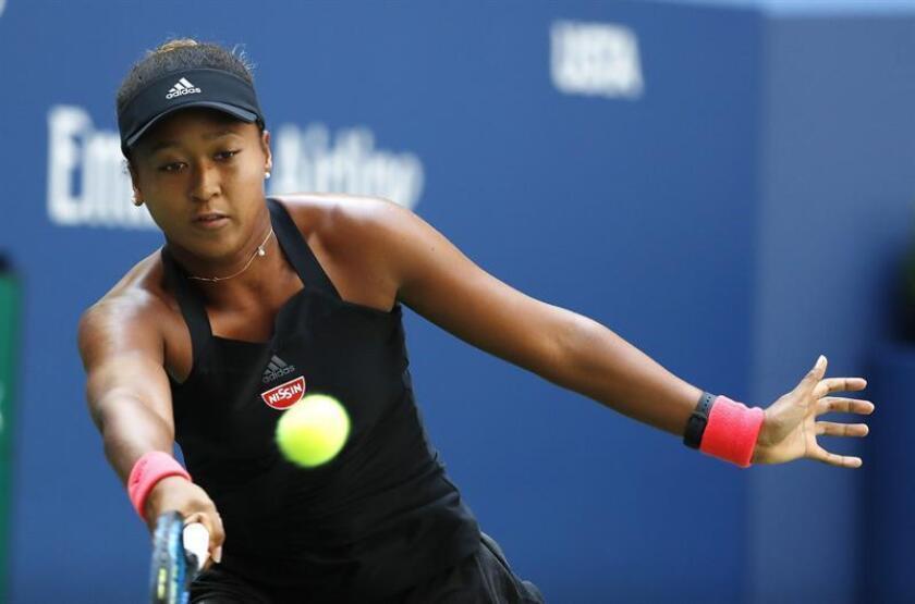 La tenista japonesa Naomi Osaka fue registrada este miércoles al devolverle una bola a la ucraniana Lesia Tsurenko, durante un partido de cuartos de final del Abierto de Tenis de Estados Unidos, en el Centro Nacional de tenis de Flushing Meadows (Nueva York, EE.UU.). EFE