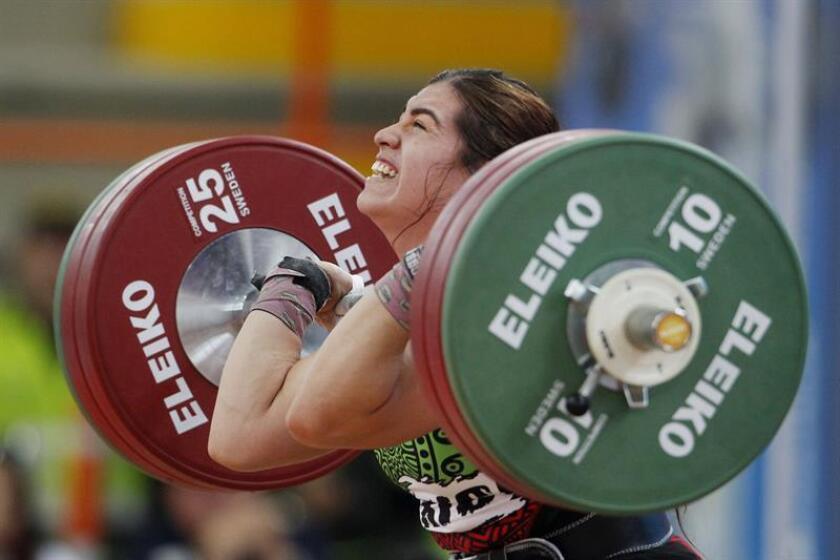 La pesista mexicana Aremi Fuentes compite el lunes 23 de julio de 2018, en la prueba de levantamiento de pesas envión 75kg femenino en los XXIII Juegos Centroamericanos y del Caribe en Barranquilla (Colombia). EFE