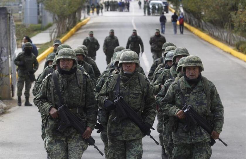 La Comisión Nacional de los Derechos Humanos (CNDH) de México presentó hoy una recomendación al Ejército mexicano donde señala que varios de sus miembros usaron ilegalmente las armas en un tiroteo en el occidental estado de Michoacán en julio de 2015 que dejó un menor muerto y seis heridos. EFE/ARCHIVO