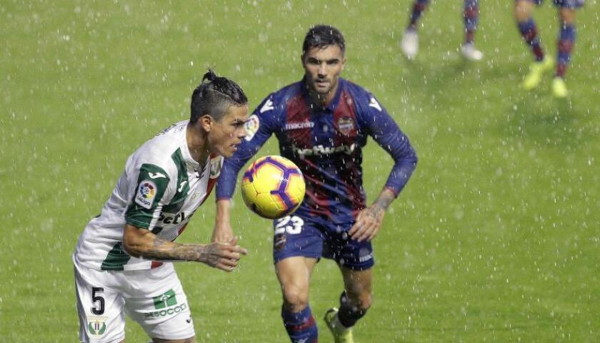 El centrocampista del Levante UD Jason Salgueiro (d) disputa un balón con el argentino Jonathan Silva, del Leganés, durante un partido. EFE/Archivo