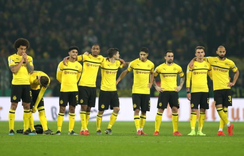 Los jugadores del Borussia Dortmund reaccionan tras perder ante bremen, en un partido de la tercera ronda de la Copa alemana DFB entre Borussia Dortmund y SV Werder Bremen este martes, en Dortmund (Alemania). EFE