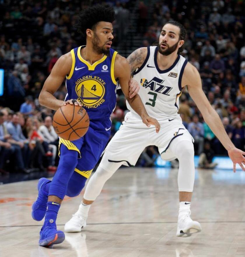 Ricky Rubio (d) de Utah Jazz en acción ante Quinn Cook (i) de los Warrios, durante el partido de NBA que enfrentó a Utah Jazz y a Golden State Warriors este martes. EFE