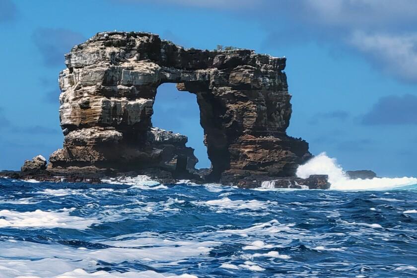 Esta foto distribuida por el Parque Nacional Galápagos muestra el Arco de Darwin frente a las Islas Galápagos