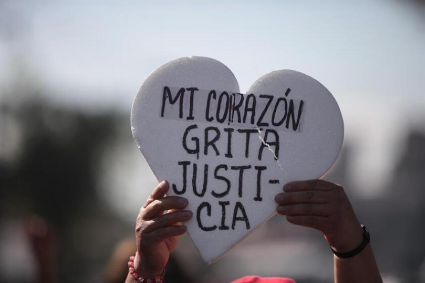 Padres y compañeros de los 43 estudiantes de la escuela para maestros de Ayotzinapa desaparecidos en 2014 realizaron hoy una procesión hasta la Basílica de Guadalupe, en la Ciudad de México, donde asistieron a una misa privada al cumplirse 27 meses de la tragedia. EFE