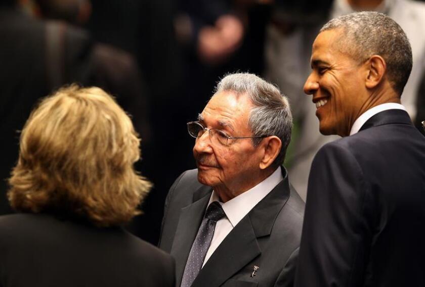 El presidente de Cuba Raúl Castro (c) y el presidente de Estados Unidos Barack Obama (d). EFE/Archivo