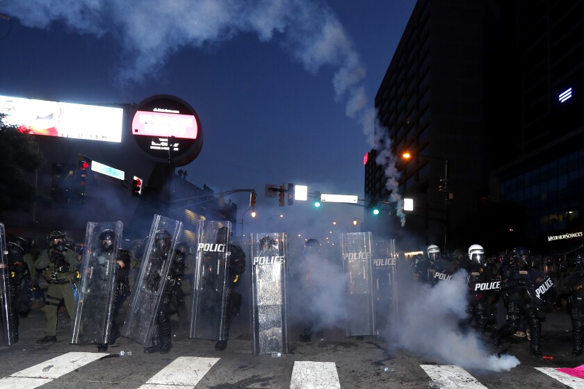 La policía se prepara con gases para hacer cumplir el toque de queda.