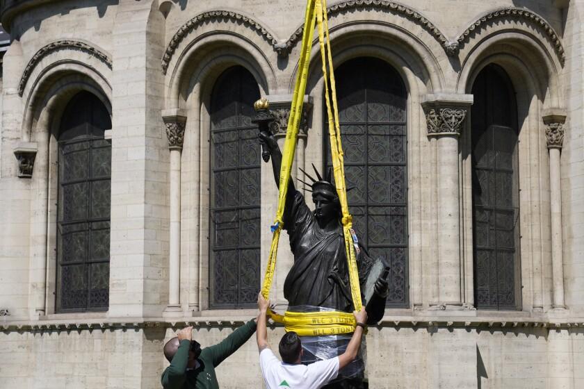 Foto tomada en París el 7 de junio del 2021 de la réplica de la Estatua de la Libertad