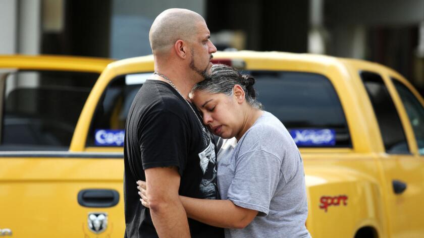 Ray Rivera, el DJ del club Pulse, donde fue la balacera, consuela a una amiga afuera del Departamento de Policía de Orlando. Joe Burbank / Orlando Sentinel