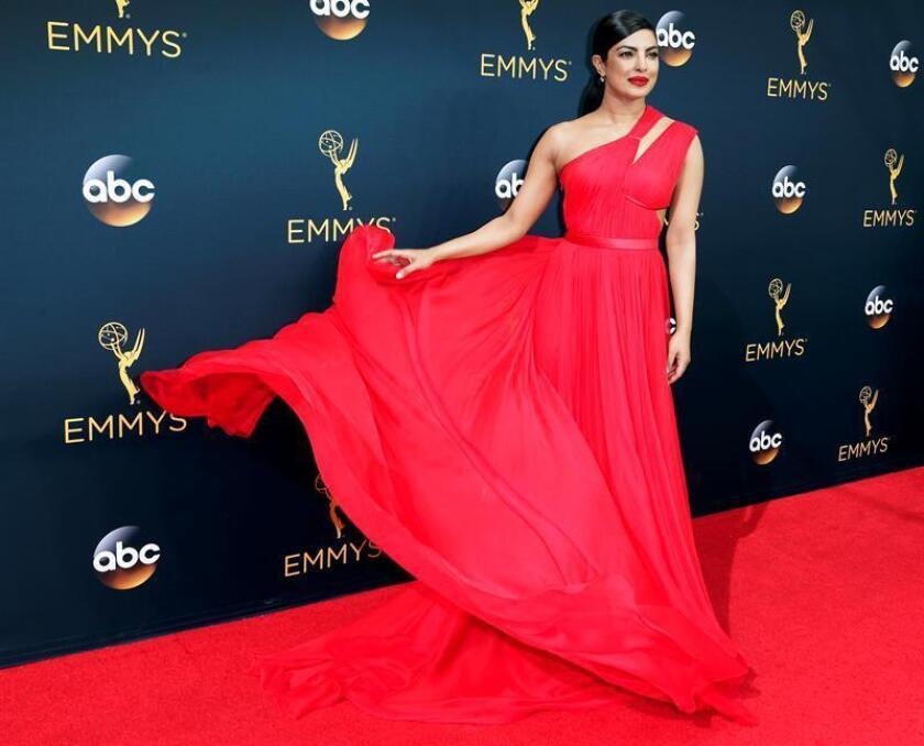Priyanka Chopra arrives for the 68th annual Primetime Emmy Awards ceremony held at the Microsoft Theater in Los Angeles, California, USA, 18 September 2016. The Primetime Emmy Awards celebrate excellence in national primetime television programming. (Estados Unidos) EFE/EPA/PAUL BUCK