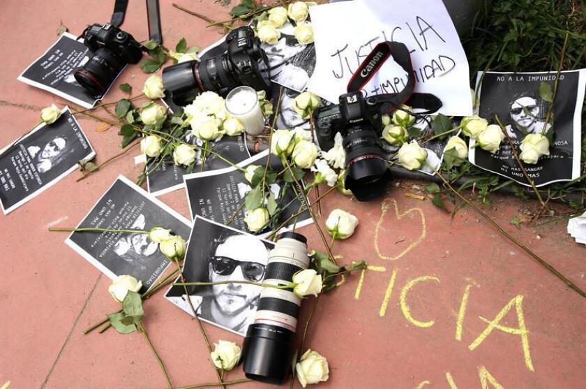 En los últimos años, uno de los crímenes que más ha agitado al gremio ha sido el cometido contra el fotoperiodista Rubén Espinosa, quien había huido del estado oriental de Veracruz a la capital mexicana y en 2015 fue hallado muerto junto con cuatro mujeres en un departamento. EFE/Archivo