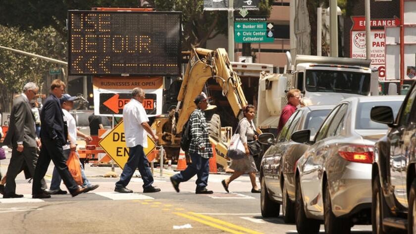 Las señales advierten del cierre de la carretera en la intersección al Oeste de la Calle Tercera y Sur Broadway en el centro de Los Ángeles, donde un aumento en la construcción ha provocado lo que los residentes y viajeros digan que es el peor tráfico que pueden recordar. (Al Seib / Los Angeles Times)
