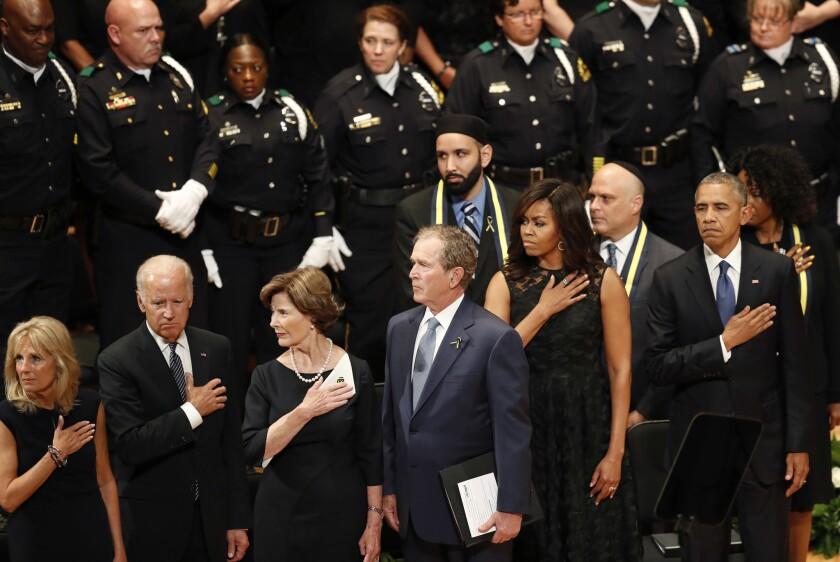 De derecha a izquierda, el presidente Barack Obama, la primera dama Michelle Obama, el ex presidente George W. Bush, y su esposa Laura Bush; y el vicepresidente Joe Biden durante un servicio en honor a los policías asesinados en Dallas, en el Morton H. Meyerson Symphony Center, el martes 12 de julio de 2016. (AP Foto/Eric Gay)