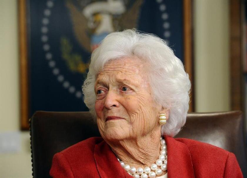 Fotografía de archivo fechada el 29 de marzo de 2018 muestra a la ex primera dama Barbara Bush y esposa del ex presidente George H.W. Bush, en su oficina en Houston, Texas (EE.UU.). EFE/ARCHIVO