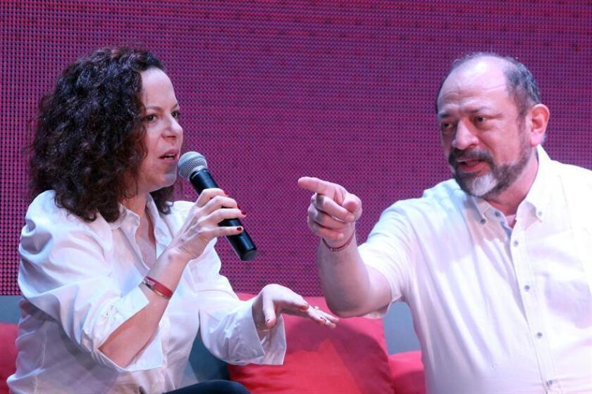 La cantante y compositora brasileña Bebel Gilberto y el y el director del Consejo de Promoción Turística de Quintana Roo, Dario Flota Ocampo (d), hablan hoy, durante la presentación de la 16 edición del Festival de Jazz de Riviera Maya en Quintana Roo (México). EFE