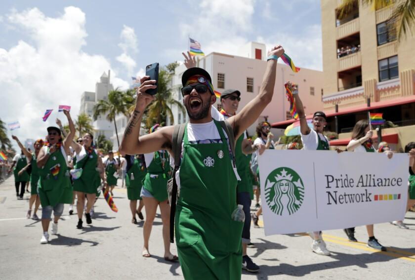 Desfile gay auspiciado por Starbucks en Miami Beach el 7 de abril del 2019.