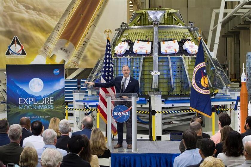 Fotografía cedida que muestra al administrador de la NASA, Jim Bridenstine, quien habla con los trabajadores sobre el progreso de la agencia hacia el envío de astronautas a la Luna y luego a Marte durante un evento televisado, en el Edificio de Operaciones y Checkout de Neil Armstrong en el Centro Espacial Kennedy de la NASA en Florida, EE. UU. EFE/SOLO USO EDITORIAL