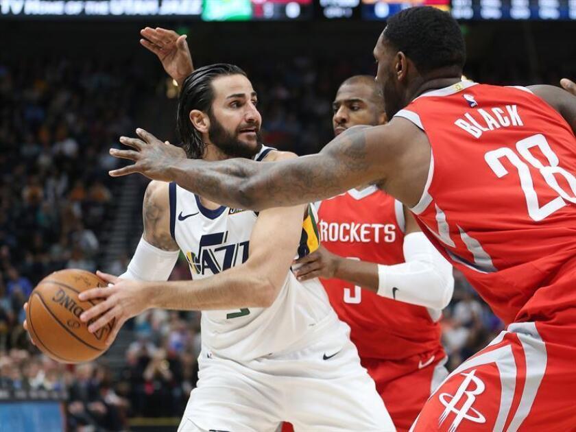 Ricky Rubio (i) de Utah Jazz disputa el balón ante Tarik Black (d) de Houston Rockets este lunes 26 de febrero de 2018, Salt Lake City, Utah (EE.UU.). EFE
