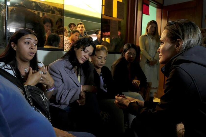 Fotografía cedida este lunes por la Agencia de Naciones Unidas para los Refugiados (Acnur) en la que se registró a la actriz estadounidense Angelina Jolie (i), representante especial de la Acnur, al conversar con varias mujeres venezolano en un albergue de acogida, en Lima (Perú). EFE