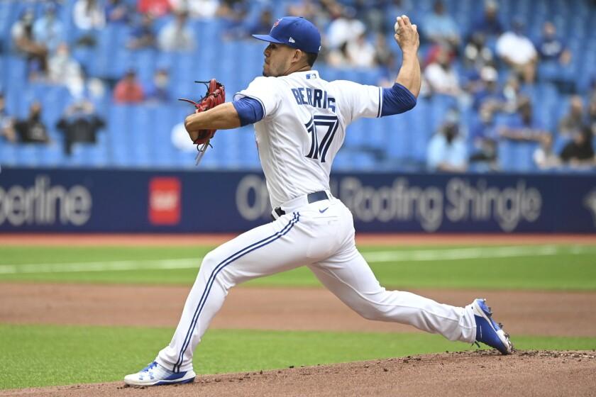 El boricua José Berríos lanza en su debut con los Azulejos de Toronto en el primer inning del juego ante los Reales de Kansas City, en Toronto, el domingo 1 de agosto de 2021. (Jon Blacker/The Canadian Press vía AP)