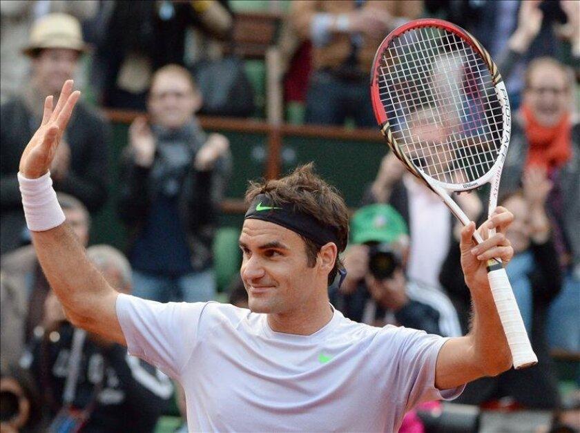 El suizo Roger Federer reacciona tras ganar un partido de tres horas al francés Gilles Simon en París, Francia. EFE