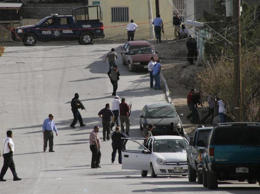 Agentes federales resguardan la zona en donde tres agentes fueron atacados por un grupo armado en la mexicana Ciudad Juárez. EFE/Archivo