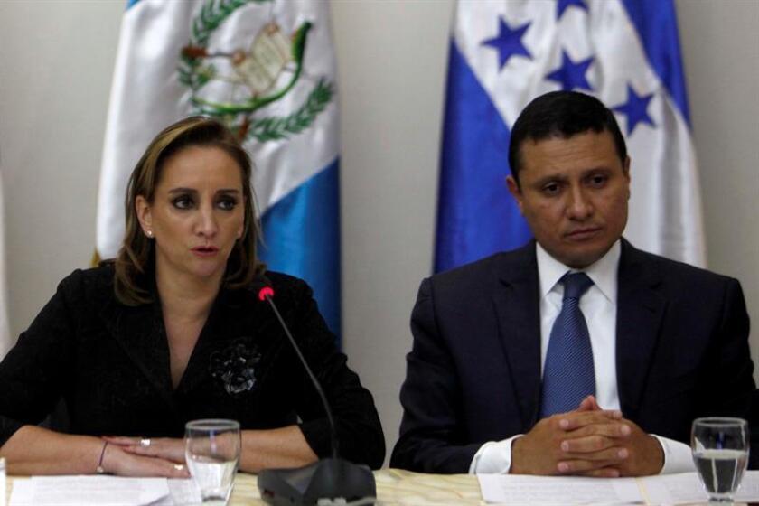La secretaria mexicana de Relaciones Exteriores, Claudia Ruiz Massieu (i), habla junto al ministro de Relaciones Exteriores de Guatemala, Carlos Raúl Morales (d). EFE/Archivo