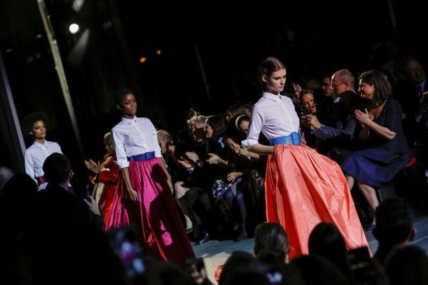 La Semana de la Moda de Nueva York quedó hoy deslumbrada por el buen gusto de dos casas de moda de origen latinoamericano: Oscar de la Renta, fundada por el icono dominicano fallecido en 2014, y la firma de la venezolana Carolina Herrera, que dio el relevo como diseñadora en su último desfile. EFE