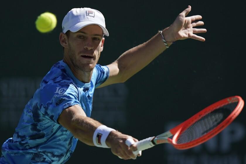 El argentino Diego Schwartzman hace una devolución al noruego Casper Ruud, en el torneo de Indian Wells, California, el miércoles 13 de octubre de 2021 (AP Foto/Mark J. Terrill)