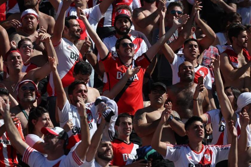 Hinchas del River luego de la suspensión del partido de la final de la Copa Libertadores entre River Plate y Boca Juniors hoy en el estadio Monumental en Buenos Aires (Argentina). EFE