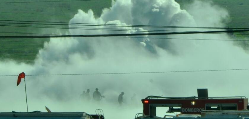 Efectivos de bomberos y Protección Civil trabajan este viernes para contener una fuga de gas de un ducto que desde hace seis horas se mantiene sin control en la ciudad de Nextlalpan, en el Estado de México (México). EFE/Mario Guzmán /MÁXIMA CALIDAD DISPONIBLE