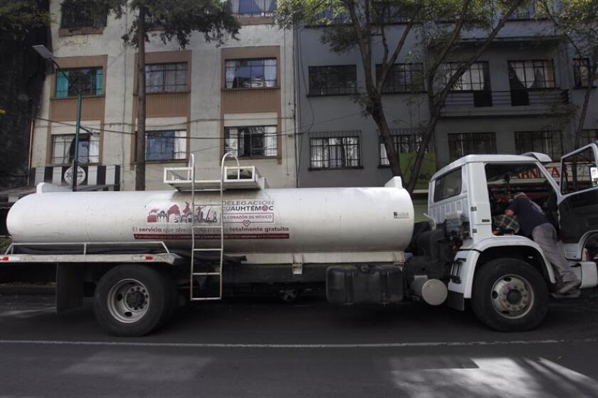Repartidores de agua abastecen hoy, sábado 3 de noviembre de 2018, a habitantes de Ciudad de México (México). EFE